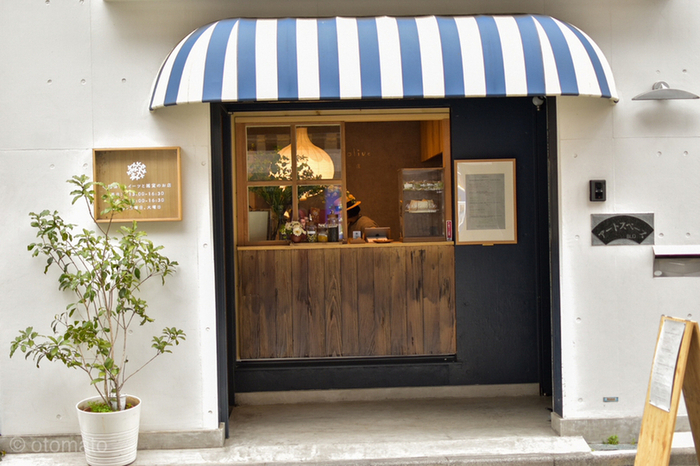 「sweet olive 金木犀茶店」は、中国上海出身のご夫婦が、オリジナルの中国飲食文化を伝えたいとオープンしたお店。西荻窪駅の南口からまっすぐ歩いて10分ほどの場所にあり、ストライプのファサードが目印です。