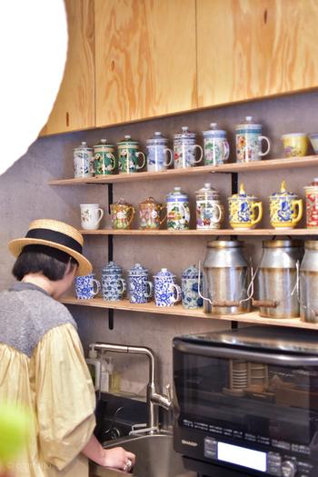 カウンター後ろの棚には、カラフルな中国食器がずらり。鮮やかで繊細な絵柄がオリエンタルな雰囲気ですね。