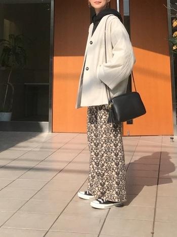 明るいトーンのアイテムを黒カラーのポイント使いで、スタイリッシュな着こなしに仕上げたコーデ。カジュアルな黒パーカーやパンツスタイルを女性らしいショルダーバッグで、上品なコーデに格上げ。バランスが絶妙な上級者スタイルです。