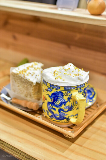 「金木犀緑茶」は中国から直輸入された福建茶と自家製の金木犀シロップでいただきます。お好みでチーズフォームをトッピングしてもらうことも。チーズのほのかな風味と金木犀の華やかな香りがリッチな味わいです。