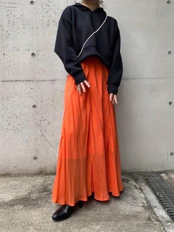 ロングスカートとの相性も◎ 可愛い印象のオーバーサイズと比べ、大人っぽくスタイリッシュな雰囲気をつくることができます。