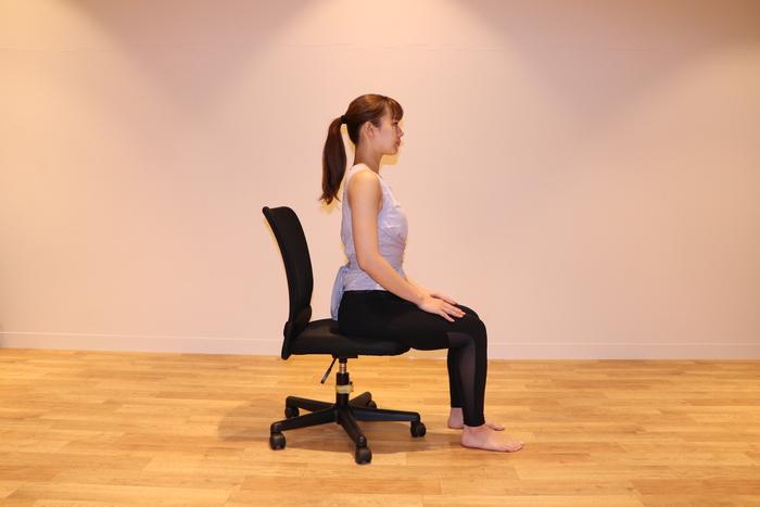 背もたれには寄りかからず、骨盤を立て背筋をまっすぐ伸ばし、椅子にやや浅めに座る。脚は腰幅、両手は太ももに。