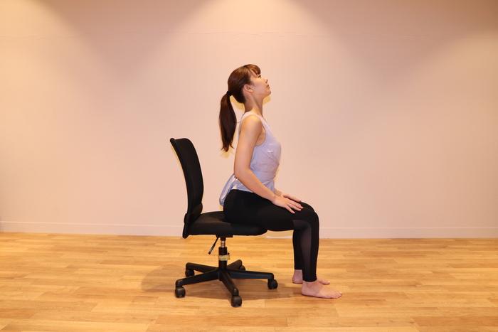 ② 息を吸いながら背中を反らせて、目線を斜め上に向ける。