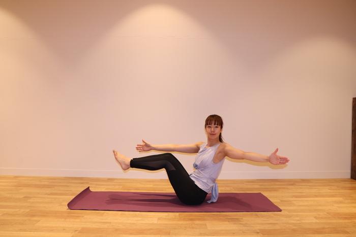 ② 息を吐きながら左腕を後ろに引いて、上体を左にねじります。胸を大きく開いた状態で、3呼吸キープ。