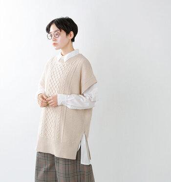 ドロップショルダーがトレンド感たっぷりな、ケーブル編みのニットベスト。オーバーサイズでゆったりと着られるので、レイヤードスタイルにも大活躍してくれます。トップスとの重ね着はもちろん、ワンピースの上に重ねてももたつかないサイズ感がうれしいポイント♪