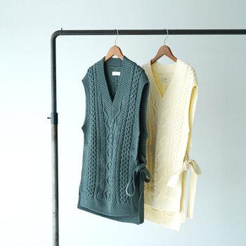 ボリューム感のあるケーブル編みで、トレンド感たっぷりなニットベスト。深めのVネックデザインなので、シャツやハイネックとのレイヤードにもぴったりです。サイドは大胆なスリット入りで、付属のベルトで結ぶことができます。ベルトは取り外して、ウエストマークなどに使っても◎