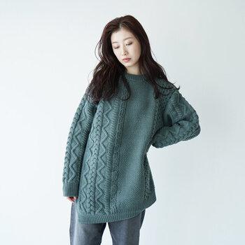 メリノ種の原毛をケーブル編みにした、ウール100%のニットトップスです。サイドに大胆に入ったスリットが、印象的な一枚。シンプルなスカートやパンツと合わせるだけでも、おしゃれな着こなしが楽しめますよ。