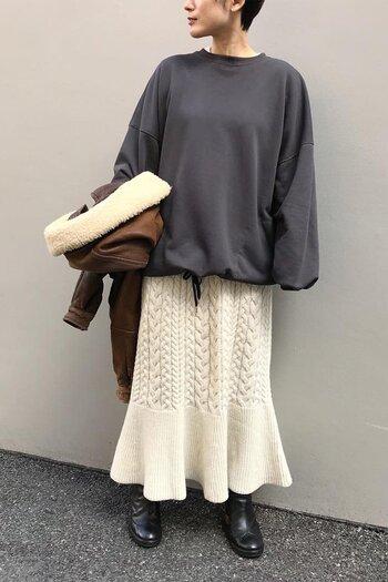 ケーブルニット編みを取り入れた、マーメイドシルエットの大人スカート。ヴィンテージ感のあるデザインとアイボリーカラーは、コートを合わせてキレイめに着ても、レザージャケットを合わせてミックスコーデにしても、おしゃれに着こなせます。