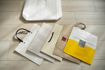 どんどん増えてしまう紙袋は、本当に必要かきちんと見極めることが大切です。思い出の品や捨てられない紙袋は取っておくとして、実用的に使うのはどのくらいのサイズなのかを暮らしの中で判断しましょう。サイズに当てはまらない紙袋や、枚数が多い場合は処分することも考えましょう。