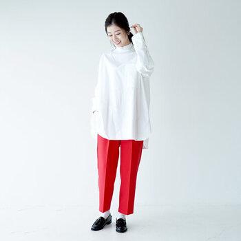 フリルネックが女性らしい白シャツに、赤のセンタ―プレス入りパンツを合わせたちょっぴりモードなテイストのコーディネート。白靴下と黒のローファーシューズで、3色使いのシンプルコーデにまとめています。アウター次第で、大きく雰囲気を変えられる着こなしですね。