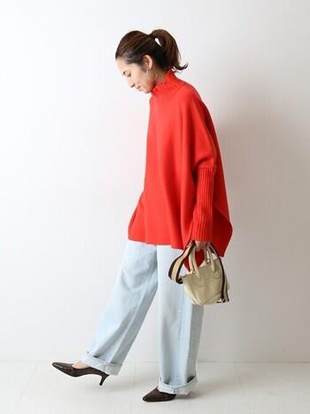赤ニットを主役に、デニムのワイドパンツを合わせたベーシックな冬コーデ。足元はヒールのパンプスで、女性らしさをさりげなく演出しています。冬にはコートとブーツを合わせて、季節感たっぷりな着こなしに仕上げても◎