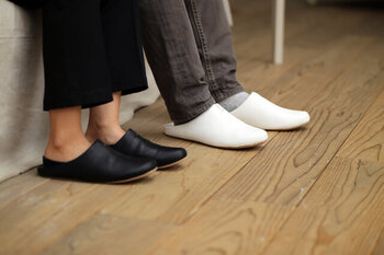 合成皮革素材で作られた、お手入れのしやすいルームシューズ。足を包み込んでくれるような履き心地が抜群で、季節を問わずに愛用したくなるアイテムです。カラーはグレー・ホワイト・ブラックのベーシックカラー3色が揃っています。