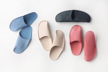 一枚革を使用し、一か所のみの縫製で作られたルームシューズです。履けば履くほど、革が足に馴染む感覚を味わえます。手洗いでの丸洗いも可能なので、デイリー使いにもぴったり。足を入れると甲に自然と添い、まるで靴下を履いているような感覚で使用できます。