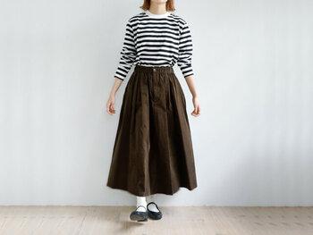 コーデュロイ素材のロングスカートなら、柔らかい生地と程よいギャザーで裾が広がり過ぎず大人Aラインが完成。合わせるトップスによって、カジュアルにもフェミニンにも着こなせますね。