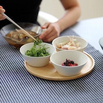 """「TOH(トウ)」の""""Re50""""は、使われなくなった食器を粉砕し土に混ぜ込んだリサイクル土が50%配合されているエコな食器です。底が広くテーブルに置いたときの安定感も抜群。  余計な物を削ぎ落としたシンプルの食器ほど有能な物はありません。どんな料理にも合うシンプルなボウルを選んでみてはいかがでしょう。"""