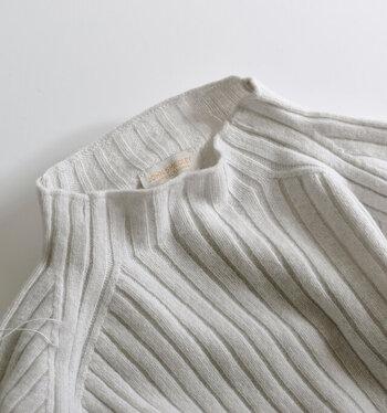 繊維が特に細くて柔らかいエクストラファインメリノウールを使用。そこにインペリアルカシミアをブレンドし、7ゲージで編み上げました。これなら、お肌のチクチクに悩まされることはありませんね。