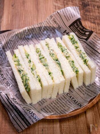 具材にきゅうりをたっぷりと使った、シンプルなサンドイッチです。さっぱりとした味わいの中の、辛子のツンとした刺激がくせになりそう。お好みでハムやツナをプラスしても美味しいですよ。