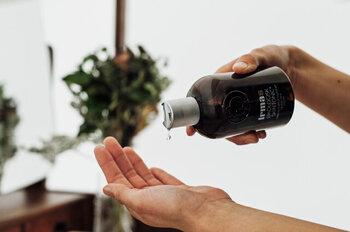 保湿力に優れたアロエベラ葉汁に、クラウドベリーの果実エキスを配合したボディ用トニックローション。肌に塗るとすっとなじみ、もちっとしたハリのあるお肌に整えます。アプリコットの香りがふんわり漂い、スキンケアしながらいい香りに癒されます。