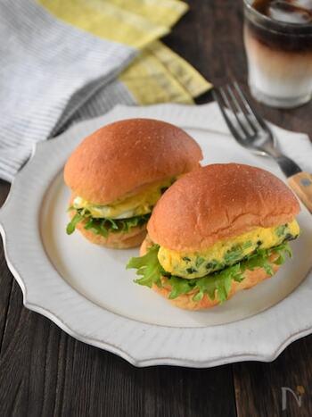 ブランパンにほうれん草としらす入りのオムレツを挟んだ健康的なサンドイッチ。 食物繊維や鉄分、カルシウムなど、体に嬉しい栄養素がこれひとつで補えそうですね。