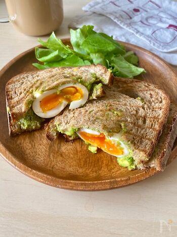 半熟に作った味玉と、完熟アボカドのとろとろコンビが美味しい濃厚サンドイッチです。 バターやマヨネーズは不使用なので、食べごたえは十分なのに、とってもヘルシー!