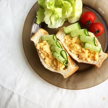 こちらは、電子レンジで調理したたまごをたっぷりと挟んだお手軽サンドイッチレシピです。 ふんわりと仕上がった卵に、味噌マヨネーズソースがよく合います。お好みで山椒をピリッと効かせても美味しいですよ。