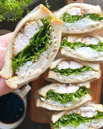 フレッシュな野菜と焼き鯖を挟んだサンドイッチは、おうちでのランチにピッタリ!香ばしく焼き目をつけた塩サバは、パンにもよく合います。粒マスタード×マヨネーズのソースをたっぷりと塗って召し上がれ。