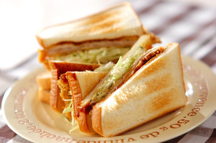 薄切りの豚肉×チーズ入りカツで作った、食べごたえのあるサンドイッチ。ケチャップをプラスした合わせソースが、とろけたチーズによく合います。サクッじゅわ、とろーりと食感でも大満足のレシピです。