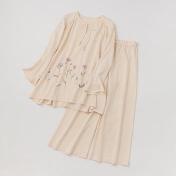 アイボリーの、ゆったりとしたパジャマ。水彩で描いたアザミの花は、優しい色合いのため目立ちすぎず、あたたかみのあるデザインです。オーガニックコットンを100%使用しているので、とろりとやわらかい肌ざわり。さりげないフリル袖にもぬくもりを感じます。