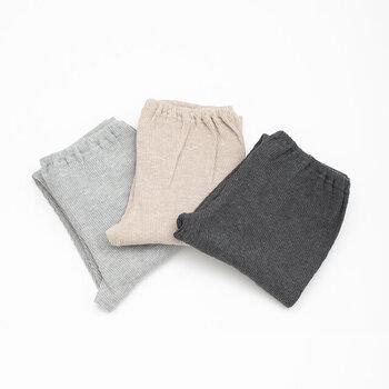 グレー、ベージュ、チャコールのベーシックなカラーバリエーション。ワンピースやスカートとのレイヤードを楽しむもよし、寒い時はパンツの下に重ね着してもいいですね。