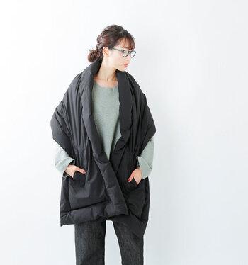 ウールのストールは暖かいけどチクチクするから苦手…という方におすすめしたい、マイクロファイバーダウンストール。ダウンを使用しボリューム感があるから、さっと羽織るだけでポカポカ体が暖まります。
