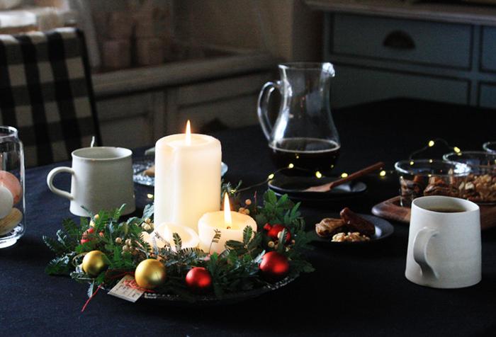 リース+キャンドルライトの組み合わせは、ひとつ用意するだけでおしゃれに格上げしてくれるアイテム♪ガラス皿の上に乗せたり、クリスマス用のオーナメントやジュエリーライトを添えると、より華やかになります。リースやフェイクグリーン、キャンドル、ガラス皿など、すべて100均で揃えられますよ。