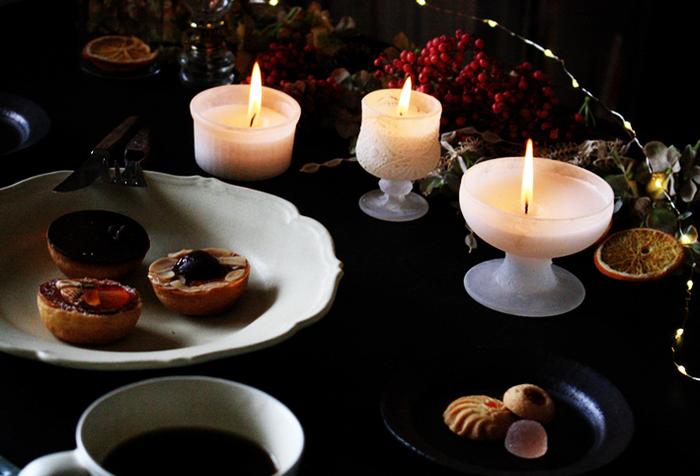 お気に入りのキャンドルに、ブラックのテーブルクロスを組み合わせて思い切りシックに。ドライフラワーの落ち着いた色味が、大人の空間を演出してくれます。