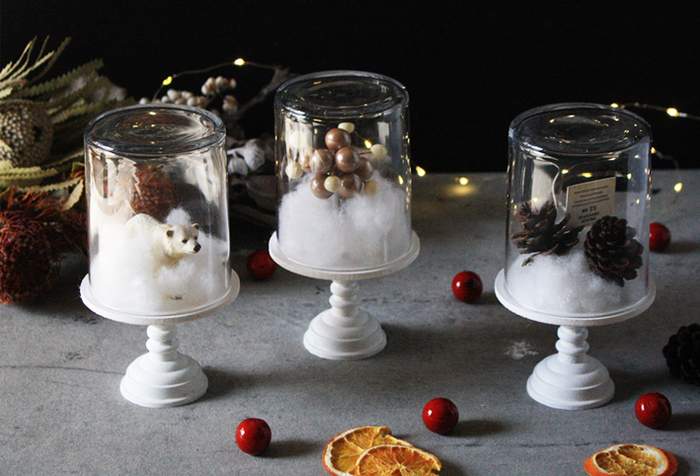 スタンドの上にグラスを乗せて、中に好みの雑貨を飾るだけでおしゃれなクリスマスインテリアに変身!こちらのスタンドは白にペイントしていますが、そのままで使えるスタンドもたくさん出回っています。