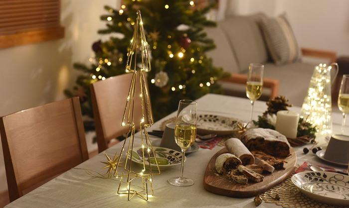ゴールドのオブジェには、ぜひ黄金色のシャンパンを合わせたいところ!さらにLEDライトやキャンドルを組み合わせると、光が反射してとても綺麗です。
