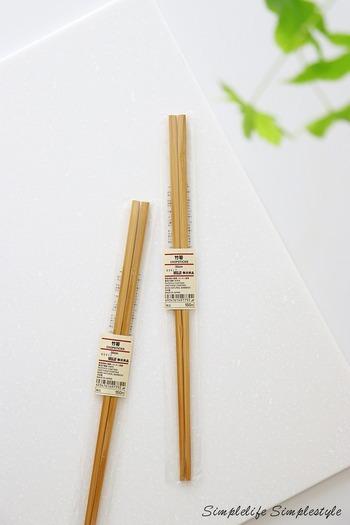 竹製の菜箸は種類豊富!中でも人気なのが、無印良品の竹箸です。長さはいろいろありますが、菜箸として使うなら、23cmと30cmがおすすめ。やや太めに作られていて、折れにくい丈夫な菜箸となっています。お値段もお手頃なので、リピーターさんも多いのだそう♪