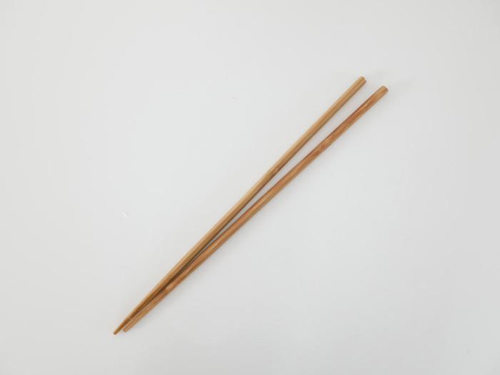 ・お手頃価格のもの~高級品まで種類が豊富 ・熱くなりにくく、軽くて使いやすい ・焦げたり折れたりすることも ・乾燥が不十分な場合、カビが発生することも  昔ながらの竹製・木製の菜箸。炒め物、揚げ物、盛り付けと幅広く使えます。その反面、折れたり焦げたりカビが生えたり、劣化しやすいという弱点も。消耗品として定期的に買い替えながら使うのがおすすめです。