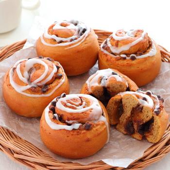 コーヒー風味のパンに、コーヒーフィリングとチョコチップをたっぷり巻き込んだカフェモカロール。甘さとほろ苦さが融合したリッチな美味しさのおやつパンです。