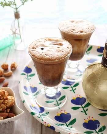インスタントコーヒーや水・砂糖をペットボトルなどに入れてふり、グラスに。泡をつぶさないように静かにミルクを注げば、ギリシャ風の泡コーヒーの完成。こちらのレシピではコーヒーリキュールも使って大人のテイストにしています。