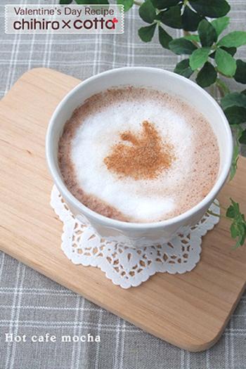 インスタントコーヒーやココアを使って、カフェモカを簡単に作る方法です。温めたミルク(このレシピでは生クリームもプラス)をハンドミキサーで泡立て、コーヒーとココアを合わせたものに加えるだけ。お好みで最後に、ココアやシナモンパウダーなどをふりましょう。