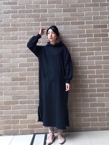ラフなパーカーワンピは、そのまま1枚で着るだけで大人のリラックススタイルをつくれます。