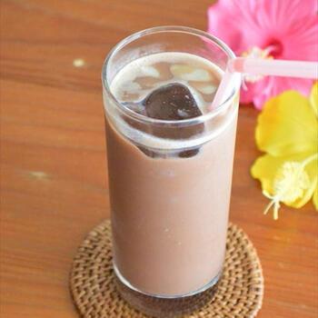 栄養がバランスよく含まれることで知られる麦芽飲料を使って、カフェモカ風ドリンクができます。牛乳とアイスコーヒーを加えるだけ。体も心も癒される1杯です。