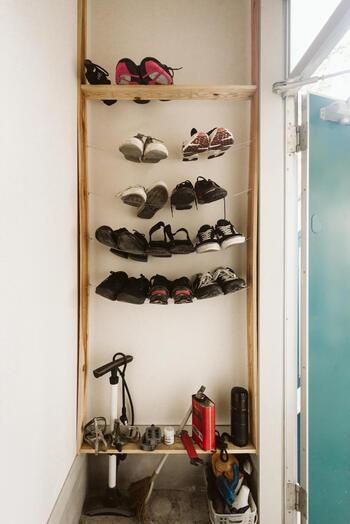 柱に2本のワイヤーを取り付けて棚板として使っています。遠目に見ると靴が浮いているようで遊び心が感じられますね。靴箱が無くてもアイデア次第で、靴を自分らしく収納できます。