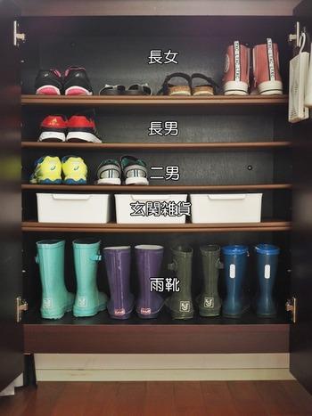 家族の靴をまとめて収納する場合は、それぞれ定位置を決めておくと片付けの習慣がつきやすくなります。こちらのお宅では、一人一段と決めて収納しているそうです。自分がどの靴をもっているかが明確になり、不要な靴もわかりやすくなります。自分だけのスペースがあれば、きれいな状態を保とうという意識も自然と生まれますよね。