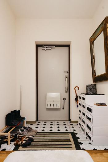 こちらの真っ白なケースは小窓がついていて、サイドからも取り出せる仕様になっているんだそう。靴は毎日のように履くものだから、見た目はもちろん取り出しやすさにもこだわるとストレスなく使えますよ。