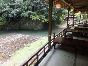京都の夏の風物詩である川床料理。有名なのは貴船の川床や鴨川の納涼床ですが、神護寺がある高雄にも川床料理が楽しめるお店がいくつかあります。そのうちの一つが高雄観光ホテルです。