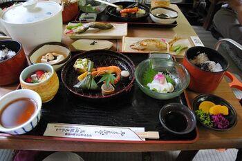 もちろんお料理も◎ 焼き鮎や生湯葉、鱧など夏の京都を感じられるメニューが並びます。高雄は京都盆地から外れたところにあり、さらに川からの風があるので、市内に比べて気温が約5度低く過ごしやすいですよ。