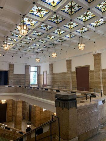 公立美術館としては最古の1933(昭和8)年に開館し、館内はレトロで重厚な雰囲気。天井のステンドグラスも素敵です。