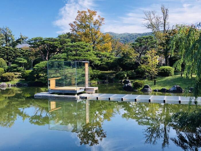 美しい日本庭園も見どころの一つ。2021年1月末まで、写真家・現代アート作家として活躍する杉本博司さんの「硝子の茶室」も展示されています。