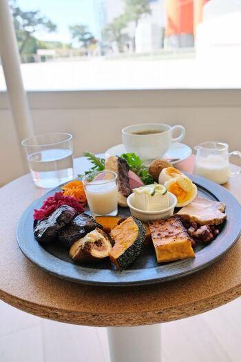 館内のカフェでは、京野菜や京もち豚、奥丹波鶏などの地元食材を使ったランチがいただけます。こちらは「京の素材のおかずプレート」。野菜を中心にしたヘルシーな内容で、色々なメニューをちょっとずつ楽しめるのも嬉しいポイント。