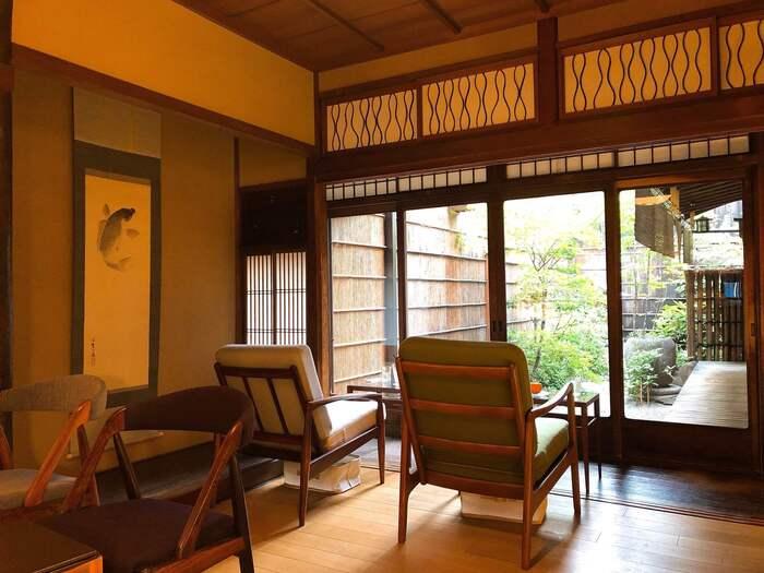 1868(明治元)年、日本初の洋菓子専門店として創業した「村上開新堂」。2017年春に、築90年の古民家をリノベーションしたカフェが併設されました。京都らしい中庭を眺めながら、お茶をすることができます。